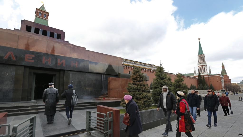 epa05913327 Moscovites and tourists enters the Lenin Mausoleum at Red Square in Moscow, Russia, 18 April 2017. The Lenin Mausoleum reopens for visitors' access after being closed for two months because of planned preservation works over embalming body of Vladimir Lenin to ensure its safety.  EPA/YURI KOCHETKOV